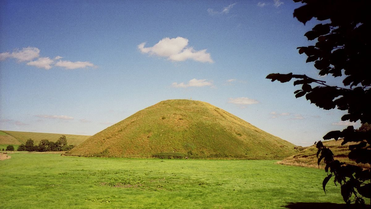 Saucer lands on ancient pyramid in Wiltshire, UK